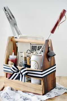 20 DIY gift baskets for men that you can use as inspiration to give your guy the perfect gift. Customize & personalize these gift baskets however you want! Bbq Gifts, Diy Father's Day Gifts, Father's Day Diy, Craft Gifts, Gift Baskets For Him, Diy Gift Baskets, Basket Gift, Summer Gift Baskets, Housewarming Gift Baskets