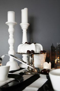 Black and white table setting. White Table Settings, Beautiful Table Settings, Candle Holders, Candles, Black And White, Black N White, Black White, Porta Velas, Candy