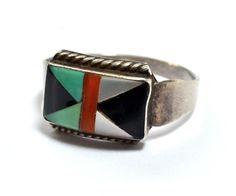 Plata esterlina Zuni embutido anillo por Sanford Edaakie, cuya familia es reconocido por su trabajo de joyería del embutido. El anillo es