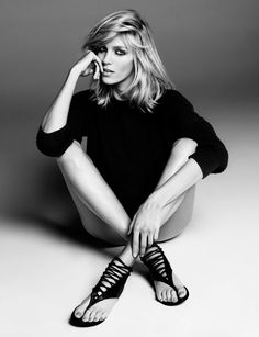 Top model Anja Rubik now adds designer to her resume, thanks to this capsule collection of shoes and handbags she has designed with Giuseppe Zanotti. With Giuseppe's extensive technical guidance, Rubik realized her vision for Anja Rubik, Fashion Poses, Fashion Shoot, Editorial Fashion, Female Fashion, Mode Editorials, Fashion Editorials, Foto Fashion, Street Fashion