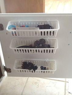 Aprovecha el interior de las puertas para colgar estar con adhesivos y ganar espacio. Más trucos en www.ordenarte.es  #organización #baños #trucos #ordenencasa #cestas #almacenaje #organizaciónpersonal #ordenarte