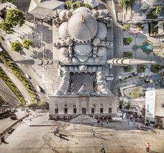 """El fotógrafo Aydin Büyüktas con un background en el cine y los efectos especiales, nos muestra en """"Flatland """" una serie de imágenes realizadas con drones y manipuladas digitalmente, para crear fotos de Estambul que parecen plegarse sobre sí mismas."""