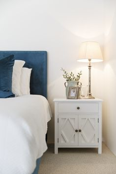 The classic Hamptons Bedside Table. Timeless, classic, perfect for any bedroom. Bedside Table Inspiration, Bedside Table Styling, Bedside Table Decor, Bedside Tables, Hamptons Style Bedrooms, Hamptons Style Decor, Hamptons House, Design Furniture, Home Furniture