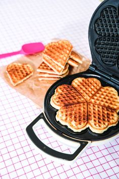 2 recepten voor de kleine bakkers   Uitgeverij Lannoo Scampi, Waffle Iron, Waffles, Cheesecake, Dessert Recipes, Sweets, Lunch, Cookies, Baking