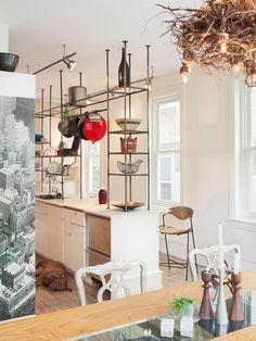 A cozinha ganhou uma estante metálica que levou personalidade.