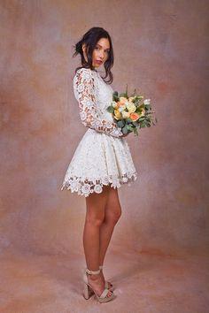 EXPERIENCIA DE COMPRA PERSONALIZADA  Para la novia relajada, soñadores y amantes crea vestidos sin esfuerzo. Puede tratar antes de que ella lo compra. A diferencia de nuestros competidores, hacen a sus medidas, y alteraciones se realizan en la empresa. Vendiendo directamente a las novias en lugar de a través de tiendas de novia, soñadores y amantes es capaz de ofrecer piezas de alta calidad a precios asequibles.  --------------------------------------------- DANIELA de manga larga de encaje…