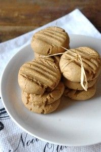 Peanut Butter Spelt Cookies Just when I thought I'd never eat peanut butter cookies again (because traditional recipes are loaded with sugar), Christal from Nutritionist in the Kitch came through with this fab recipe. Spelt Recipes, Flour Recipes, Dairy Free Recipes, Gluten Free, Vegan Recipes, No Bake Desserts, Healthy Desserts, Easy Desserts, Dessert Recipes