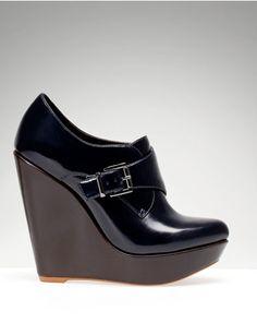 Zapato con cuña y hebilla de charol negro de Stradivarius