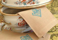 Detalhes que eu amo!  #tableware #napkin #linen #embroidered #linhopuro #bordado #monograma #latabledegiselle