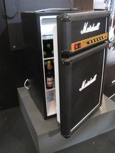 O frigobar tem o visual exato de um Marshall, marca de amplificadores mais conhecida do planeta. #frigobar #detalhe #detail