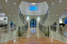 An idea for the stairs Fancy Houses, Big Houses, Dream Houses, Beautiful Interiors, Beautiful Homes, Dream Mansion, Grand Foyer, Elegant Homes, House Goals
