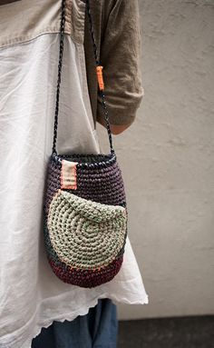 Marvelous Crochet A Shell Stitch Purse Bag Ideas. Wonderful Crochet A Shell Stitch Purse Bag Ideas. Crochet Wallet, Bag Crochet, Crochet Shell Stitch, Crochet Handbags, Crochet Purses, Crochet Gifts, Yarn Bag, Mode Jeans, Crochet Circles