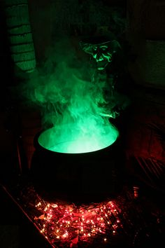 How to make a witch cauldron prop for Halloween Porche Halloween, Scary Halloween Decorations, Halloween Tattoo, Halloween Party Decor, Halloween Crafts, Halloween Halloween, Diy Party, Halloween Costumes, Party Ideas