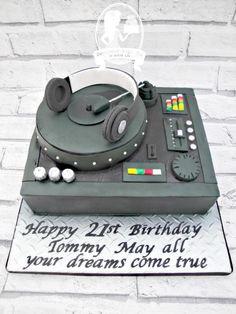 DJ Mixing Deck cake - cake by Sensational Sugar Art by Sarah Lou - CakesDecor Dj Cake, Cake Art, 21st Birthday Cakes, Happy 21st Birthday, Bolo Dj, Fondant Cakes, Cupcake Cakes, Music Cakes, Fantasy Cake