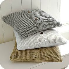 Crochet Patterns Pillow Sweater Pillow DIY or gift idea/inspiration (not a tutorial) Knitted Cushion Covers, Knitted Cushions, Knitted Blankets, Sweater Pillow, Knit Pillow, Crochet Home, Knit Crochet, Knitting Projects, Knitting Patterns