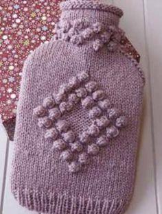 Sehr schöne Wärmflaschenhülle | Gratisanleitung Knitted Hats, Crochet Hats, Crotchet, Free Crochet, Free Pattern, Christmas Crafts, Crochet Patterns, Knitting Ideas, Water Bottles