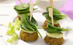 Grünes Erbsenfalafel mit Avocado-Joghurt Dip - super Fingerfood - vegetarisch, laktosefrei, vegan