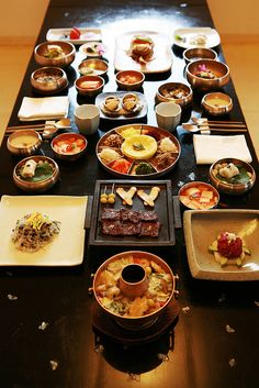 A full course dinner starts using traditional rice porridge and consists of a colorful platter of nine ingredients with thin crepes, lean meat (short ribs) mixed with vegetables, grilled fresh abalone, and Korean royal court casserole (shinseollo).
