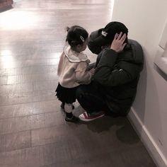 "VICTON 빅톤 on Twitter: ""[#수빈] 내일 한국은 비온대요!! 우산챙겨요 앨리스! 우리 꼬마숙녀도 •.<… "" I Have A Crush, Having A Crush, Kids Mirrors, Kwon Hyuk, Twitter Video, Asian Kids, Holding Baby, Korean Couple, Cute Icons"