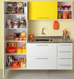 Quando não há ordem nos armários da cozinha, a rotina pode virar um caos: é a pilha de frigideiras que despenca, a gaveta lotada que trava, os potinhos de temperos que insistem em desaparecer...