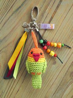 Tamigurumi: Bag charm lovebird (free pattern: English, Español and Nederlands)