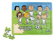 Snoopy Charlie, Brown und seine Freunde treten auf diesem Holzpuzzle als Fußballmannschaft an, um den großen Pokal zu gewinnen. Dieses 48-teilige Holzpuzzle beeindruckt durch seine leuchtenden Farben und schult außerdem die Konzentration und Feinmotorik. ca. 34 x 27 x 1 cm