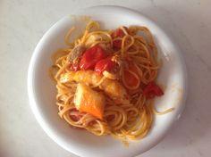 Spaghetti conditi con sgombro, tonno, s crostacei vari, aglio, cipolla, pomodorini e un pizzico di pepe...buon appetito a tutti