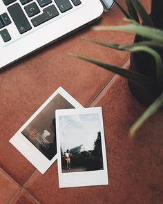 Las cámaras Polaroid tienen algo espesiá. No sé si es el tamaño el color tener que esperar a que se revele o lo seguro que hay que estar para disparar una foto   de @rociojorda (lo que he encontrado por casa colegui!)