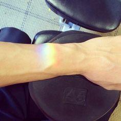 Voilà ce que j'aimerais sur la cheville, une image du reflet de lumière d'un cristal au soleil