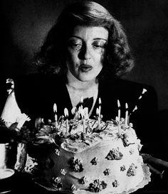 HAPPY BIRTHDAY BETTE DAVIS! : Dia 5 de abril de 1908 nació la mejor actriz de la historia llamada Ruth Elizabeth Davis que se convertiría en Bette Davis! Una actriz capaz de todo, una actriz que cualquier papel que hiciera estaba perfecto! Es tan admirable, amo todas sus películas como Eva al desnudo o ¿Que fue de baby Jane? entre muchas. Bette para mi es un icono, es la mejor de todas! Es que es BETTE DAVIS! Son palabras mayores... TE AMO! Felicidades Bette!. | ...