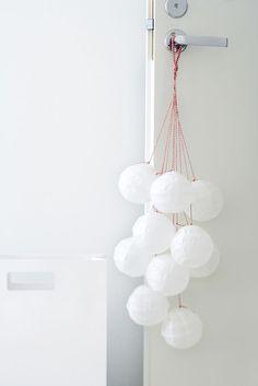 Omatekoisista kirjainpalikoista voi muodostaa yksinkertaisen joulutoivotusasetelman. Talvinen seinäkoriste syntyy paperista leikkaamalla. Tee pelkistetty ovi- tai seinäkoriste vanhasta riisipaperivalo
