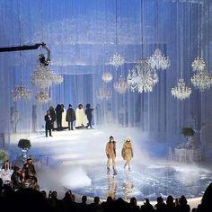 A @moncler recria um clima de gala de inverno no Hammerstein Ballroom em Nova York para apresentar sua coleção de inverno 2018. Além dos belos chandeliers o cenário tem quatro mesas decoradas para uma grande festa com um garçom em cada uma. A passarela ao centro é um espelho redondo que reflete os looks usados pelos modelos. (Via @viviansotocorno) #voguenanyfw #nyfw #moncler  via VOGUE BRASIL MAGAZINE OFFICIAL INSTAGRAM - Fashion Campaigns  Haute Couture  Advertising  Editorial Photography…