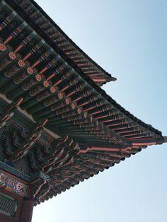 """Techos Coreanos. Decubre sobre el lugar preferido de #Corea en nuestro artículo """"Castillos reales de Corea: un paseo por el Palacio de #Gyeonbokgung"""" #Viajes #Seul #SouthKorea #Seoul"""