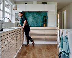 Køkken M-Line   Rene linjer med Tvis Køkkener Micro House, Linnet, Interior And Exterior, Outdoor Decor, Furniture, Kitchen Inspiration, Decorating Tips, Dancing, Kitchens