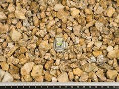 Kwartsietsplit geel is een geel genuanceerde edelsplit. Een kenmerk van edelsplit is dat het zeer hard en onverslijtbaar is, daardoor is het zeer geschikt voor oppervlaktes met zware belasting. Kwartsietsplit geel wordt ook wel Safarisplit genoemd. Kwartsietsplit wordt gewonnen in groeves en daaraan dankt het zijn hoekige vormen. Hierdoor zal siersplit ook minder verrollen dan grind in uw grind oprit of grindpad.