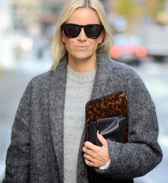 Manteau en laine duveteuse + pull gris perle + pochette écaille de tortue = le bon look