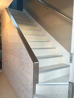 Rénovation d'une cage d'escalier / Pose de papier peint et peinture couleur gris taupe