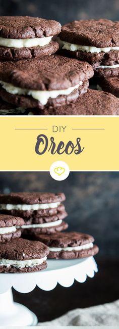 Double Chocolate Chip Cookies backen und mit einer Creme aus Butter, Puderzucker und Vanille füllen - so einfach machst du Oreo-Kekse selbst.