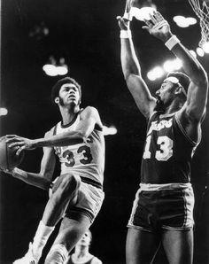 Kareem Abdul-Jabbar (then Lou Alcindor) and Wilt Chamberlain battle in the 1971 NBA playoffs. Basketball Leagues, Basketball Legends, College Basketball, Basketball History, Nba Players, Basketball Players, Oscar Robertson, Elgin Baylor, Bill Russell