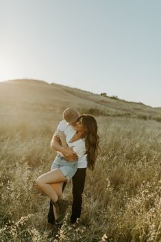 traveling wedding + elopement photographer, based in southern california. capturing the happiest couples all over the world! Engagement Photo Outfits, Engagement Photo Inspiration, Engagement Couple, Photo Shoot Outfits, Casual Engagement Outfit, Western Engagement Photos, Casual Engagement Photos, Country Engagement, Fall Engagement