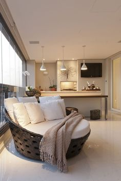 Com um décor de interiores que mistura revestimentos contemporâneos e móveis rústicos, este apartamento paulistano com projeto da arquitetaMayra Lopestem uma varanda que dá vontade de ficar. Idea…