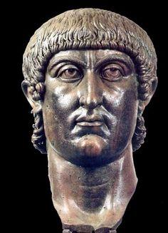 Cabeza colosal de Constantino, que formaba parte de una estatua sedente, de la que se conservan, además, el brazo, la mano, la rodilla, la pantorrilla y el pie derecho y otras partes. Todas ellas estaban unidas con grapas de hierro.