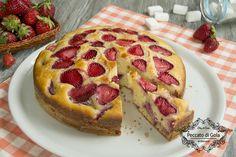 La torta alle fragole è un delizioso dolce da colazione o merenda. Ripieno e decorato con tantissimi pezzettoni di fragole rossissime, succose e profumate!