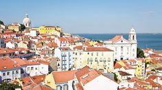 Bairros de Lisboa: Alfama e Castelo A curiosa Alfama, bairro mais antigo de Lisboa, mistura charme rústico com uma vida cotidiana que se mantém igual há séculos