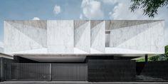 Construido en 2017 en Bangkok, Tailandia. Imagenes por Wison Tungthunya . . La idea inicial es permitir que el comportamiento del habitante talle un espacio de vivienda en una pieza monolítica de escultura de mármol. La pieza...
