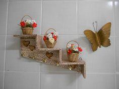 VENDIDA - Peça em MDF - decorada com pintura a mão e flores em biscuit, totalmente impermeabilizado <br> <br>OBS: os enfeites podem ser retirados para limpeza da peça, possuem um encaixe em madeira na parte inferior dos vasos.