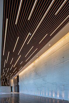 led strip lighting incorporated into baffle ceiling as a random, creates strong directional linear effect Design Entrée, Flur Design, Plafond Design, Lobby Design, Wall Design, Design Styles, Design Ideas, Lobby Interior, Office Interior Design