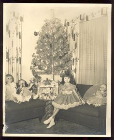 Lovely Vintage Photos Show the Happiness of Children on Christmas Morning Vintage Christmas Photos, Antique Christmas, Retro Christmas, Vintage Holiday, Christmas Pictures, Vintage Photos, Xmas Photos, Old Time Christmas, Ghost Of Christmas Past