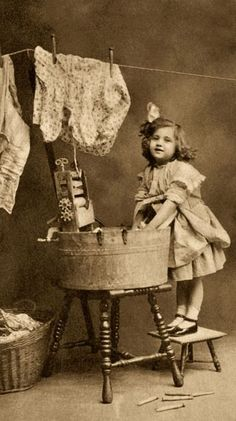 Fun with laundry - Vintage photo Vintage Abbildungen, Images Vintage, Vintage Pictures, Vintage Beauty, Old Pictures, Old Photos, Vintage Fashion, Posters Vintage, Vintage Postcards