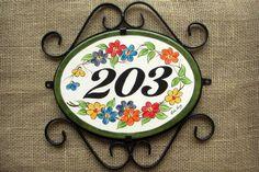 Número para residência pintado a mão , em faiança.  Resistente a sol e chuva.  Acompanha Moldura de Ferro. Door Numbers, House Numbers, Decor Interior Design, Interior Decorating, Tile Crafts, Ceramic Houses, Home Signs, Mosaic Art, Decorative Plates